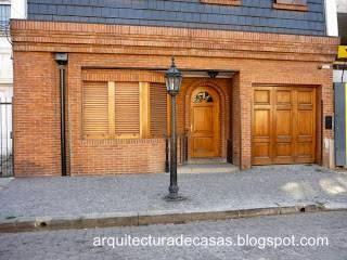 Fachada de estilo Inglés en casa moderna de barrio residencial en Buenos Aires
