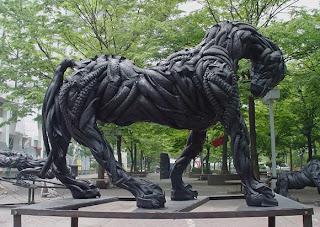 cavalo feito de pneu reciclado