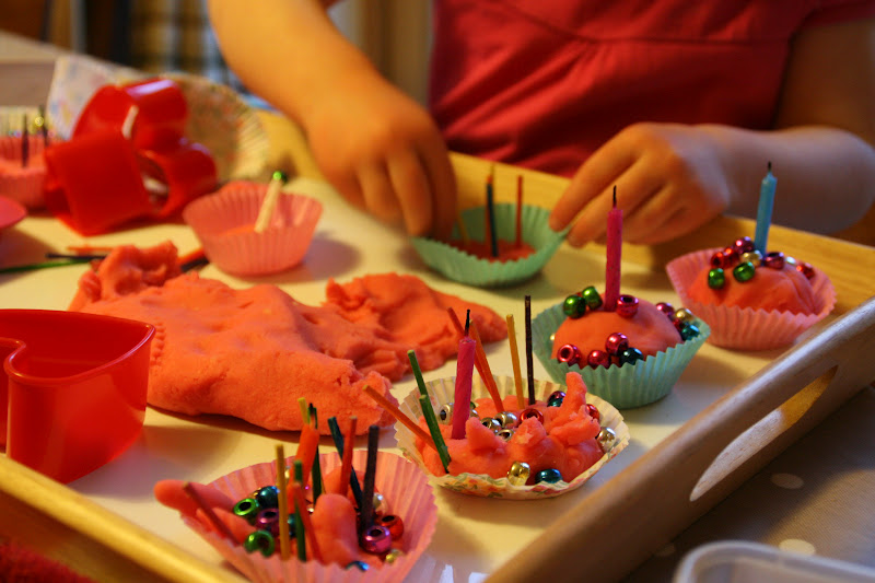 Create with your hands: Pink Play Dough Cake Shop