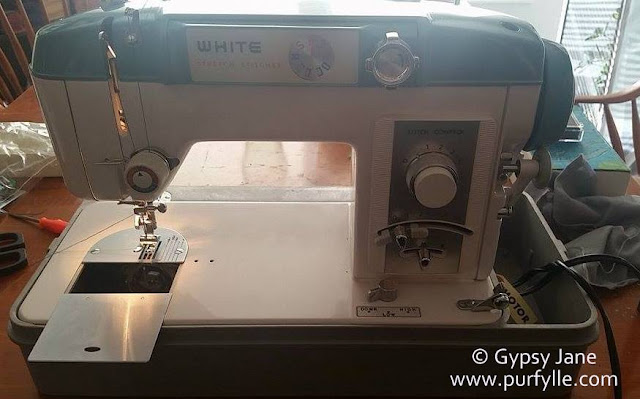 White Stretch Stitcher w940 sewing machine