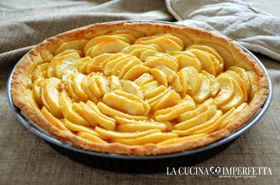 Crostata di mele: fare intiepidire la torta prima di toglierla dallo stampo