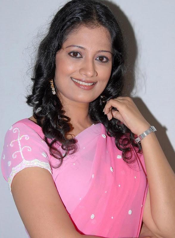Tamil Desi Teen Actress Anika Hot Looking Sari Stills gallery pictures