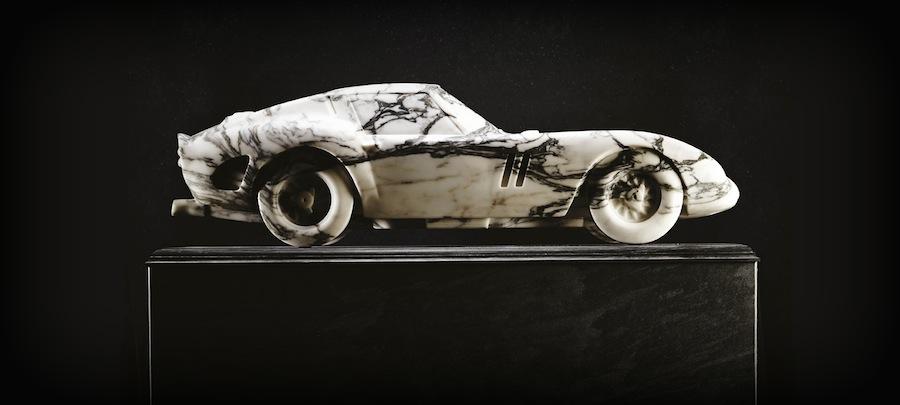 最高級の大理石で作られたフェラーリ250GTOの彫刻