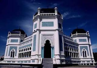 "<a href="" http://4.bp.blogspot.com/-R12rNhHFg7Y/USM6bEpwSzI/AAAAAAAAB64/YrzW7vaB2II/s320/Masjid+Termegah+dan+Terbesar+di+Indonesia10.jpg""><img alt=""Tempat beribadah umat islam,Masjid Termegah dan Terbesar di Indonesia, Masjid Raya Al- Mashun, Medan – SUMATERA UTARA"" src=""http://4.bp.blogspot.com/-R12rNhHFg7Y/USM6bEpwSzI/AAAAAAAAB64/YrzW7vaB2II/s320/Masjid+Termegah+dan+Terbesar+di+Indonesia10.jpg""/></a>"