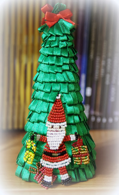 Choinka ze wstążki z Mikołajem koralikowym –  życzę Wesołych Świąt!