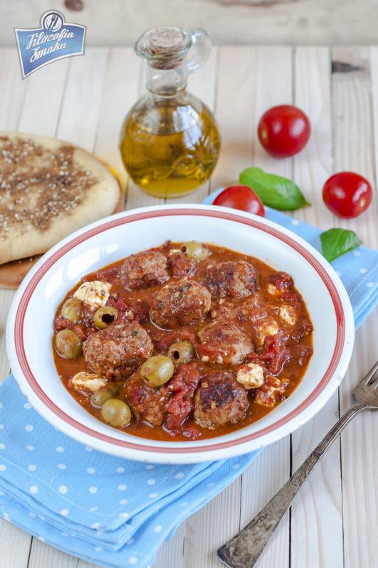 Klopsiki w sosie pomidorowym z oliwkami i fetą