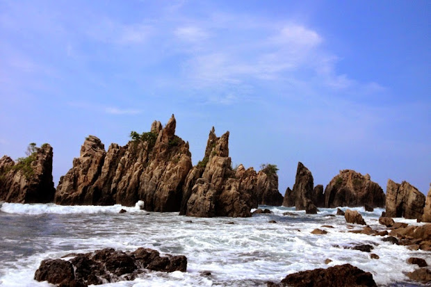 Pantai Gigi Hiu, Tanggamus, Lampung (Gambar 3). ZonaAero