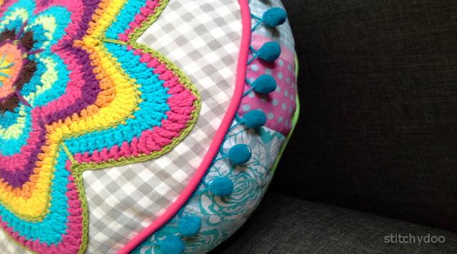 Banju Häkelkissen / kunterbunt gehäkeltes rundes Kissen / crochet pillow, cushion