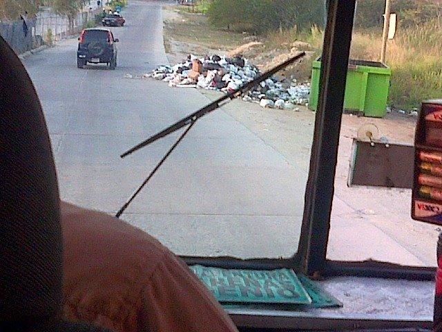 El pueblo lanza la basura a la calle en Bosques de Ingenio. Guatire