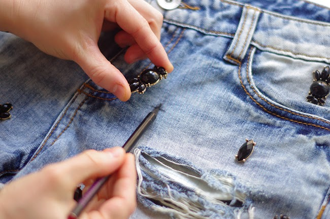 How to revamp your old denim shorts with embellishment. Fashion tutorial created by Xenia Kuhn for www.fashionrolla.com