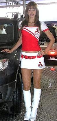 Melissa Loza como anfitriona de auto