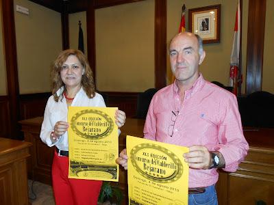 Purificación pozo y Alejandro Romero sostienen carteles a instancias de la prensa