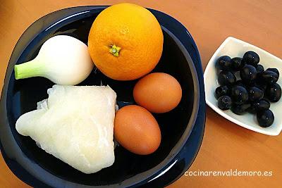 Ingredientes: naranja, bacalao, cebolleta, huevos, aceitunas negras