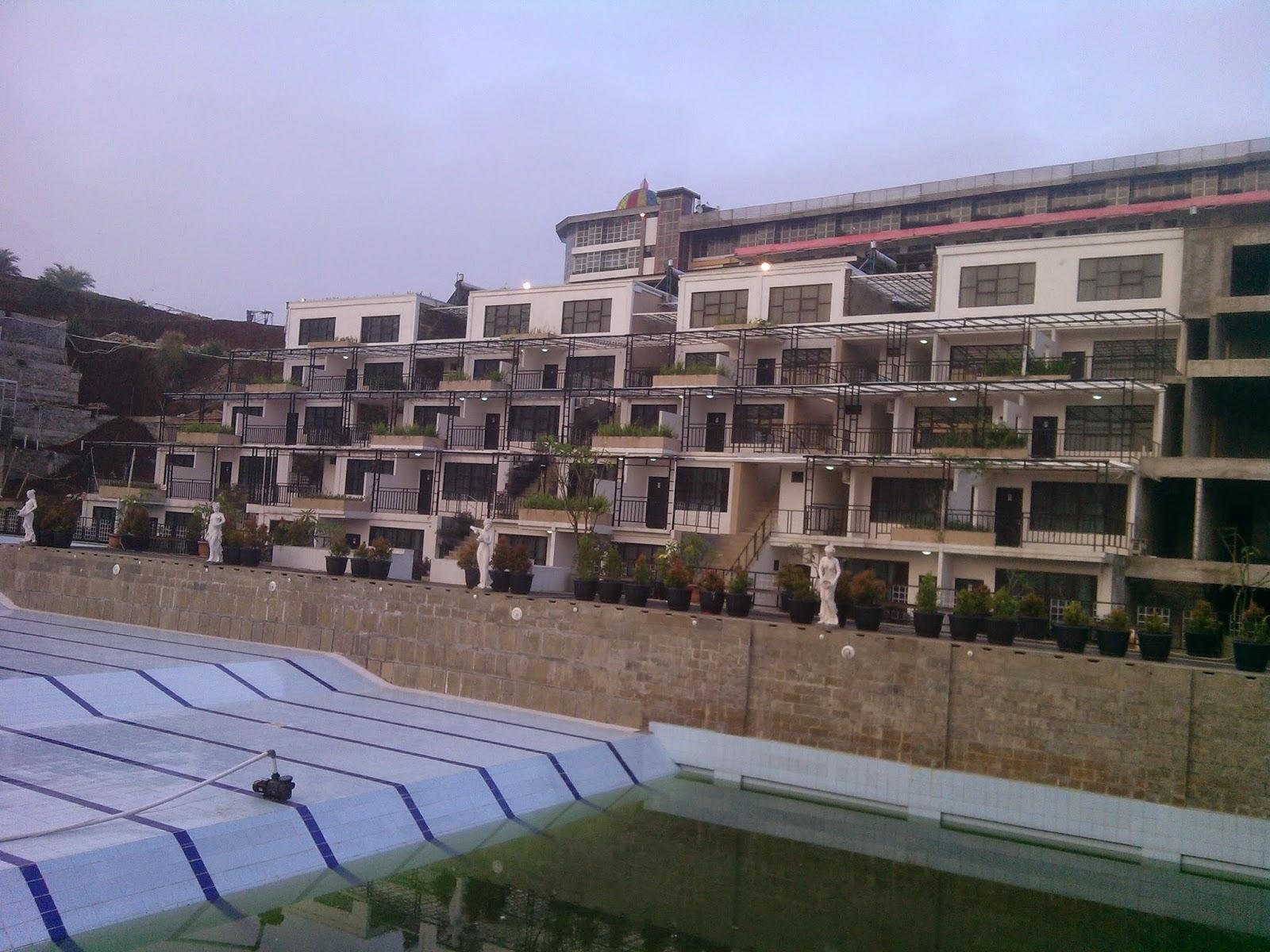Penampakan Penginapan Hotel Golf Resort Dari Kolam Renang