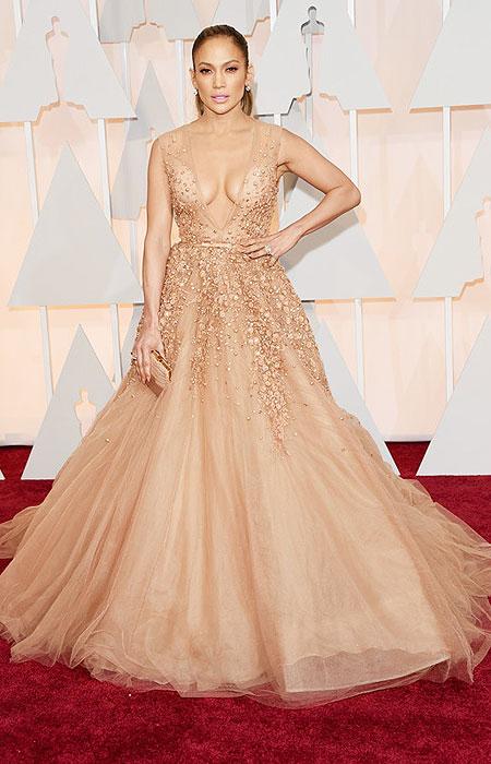 Дженифър Лопес в ефирна рокля с огромно деколте на Оскари 2015