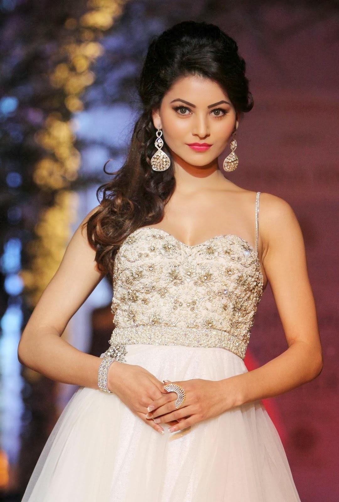Urvashi Rautela saree cleavage backless HD Wallpapers ...