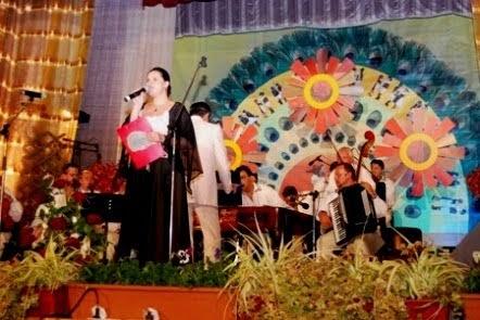 """Bistrița, 2-3 noiembrie 2011 - Prezentatoare a Festivalului-concurs național """"Pană de păun""""."""