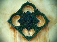 Detall ornamental de ceràmica vidriada de la façana de la Torre del Senyor Enric
