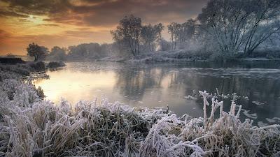 Wintertime along River Avon, Worcestershire, England (© nagelestock.com/Alamy) 405