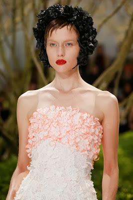robe haute couture christian dior , robe longue bustier brodé de fleurs et de pétales orange