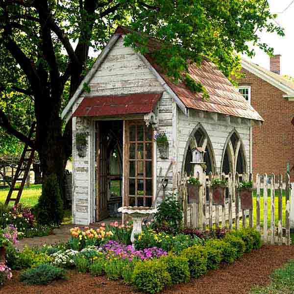 cabaña de madera pequeña de   jardín  estilo neo gotico
