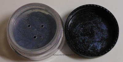 Ombretto minerale Neve Cosmetics Sang Blue in jar.