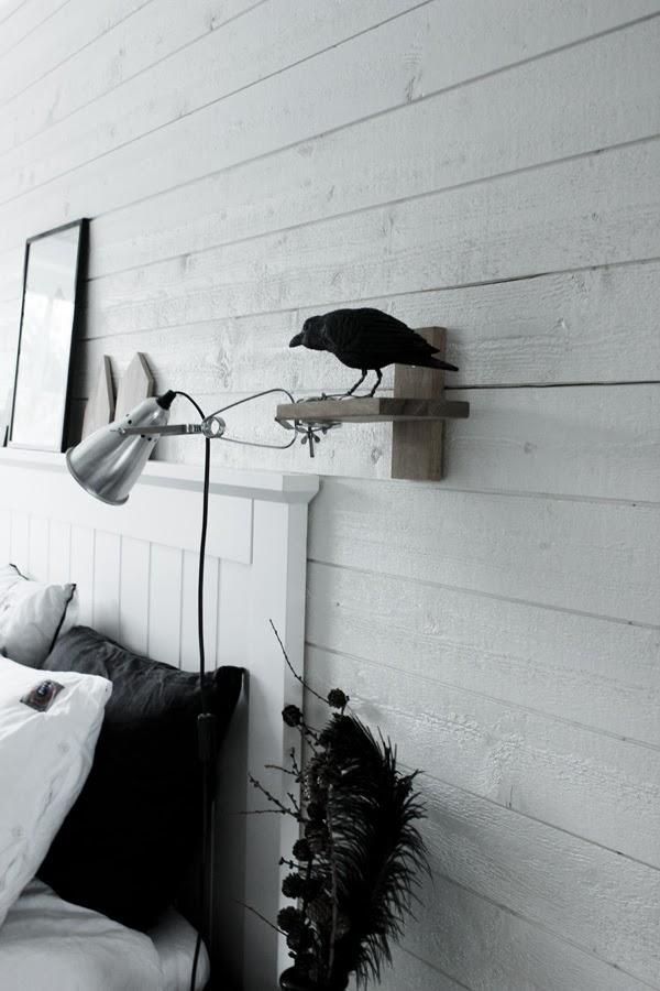 korp, svart fågel, sänglampa, sovrum i vitt, renoverat sovrum, vit sänggavel, huvudgavel av trä, sågade hus, pyssel, inreda med diy, diy inredning, dekorera, inredningsdetaljer, svart vas, lärkkvistar i vas,