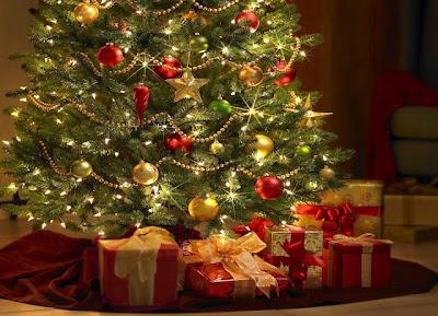 Un arbol de navidad real con muchos regalos