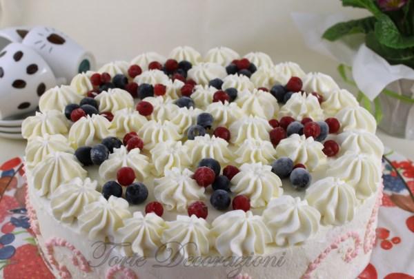 Torte e decorazioni torta alla panna con mirtilli e ribes for Decorazioni torte uomo con panna
