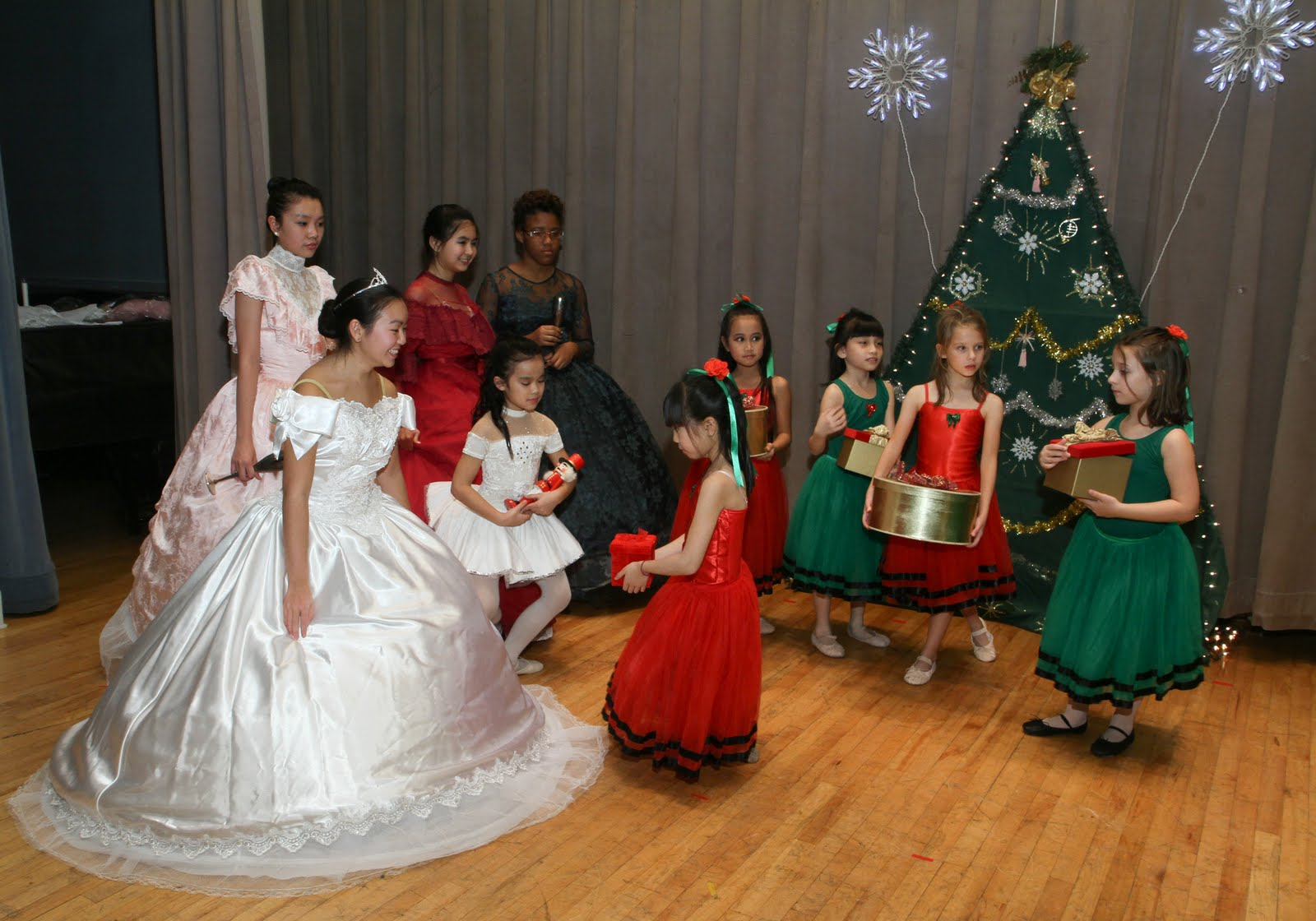 Settlement music school a holiday tradition with beautiful costumes a heartwarming story and talented young performers from across the philadelphia region its a great opportunity to see how much solutioingenieria Images