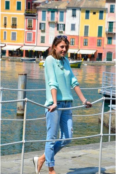 calça jeans e blusa de lã feminina