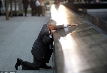 Người đàn ông quỳ gối tại khu tưởng niệm nạn nhân 11/9 vì sự ra đi của con trai ông