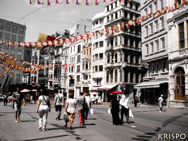 Calle con gente paseando en Estambul