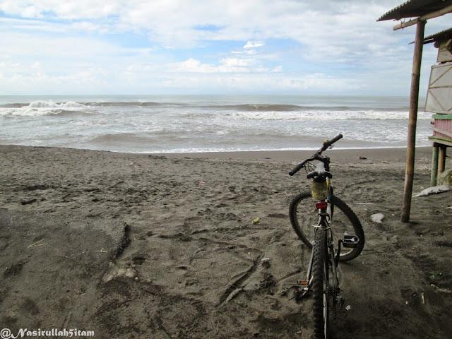 Mengabadikan di pantai Kuwaru