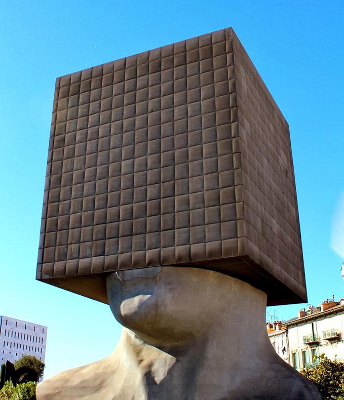 """La biblioteca """"La Cabeza Cuadrada"""" por Sacha Sosno en Francia"""