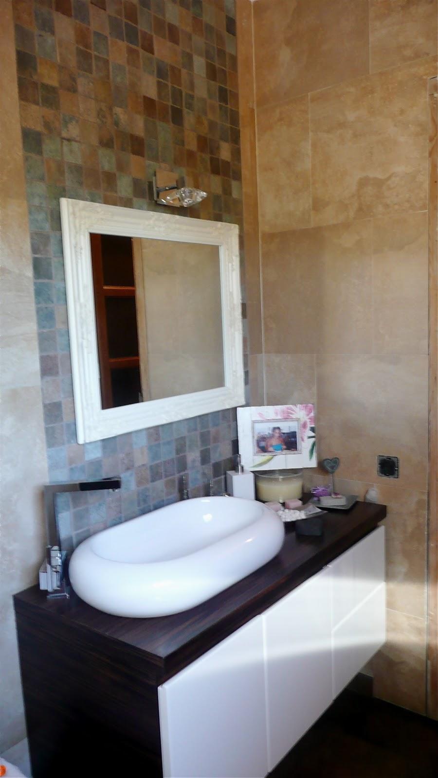 mueble de baño decorado Vista de la zona del mueble de baño con sus
