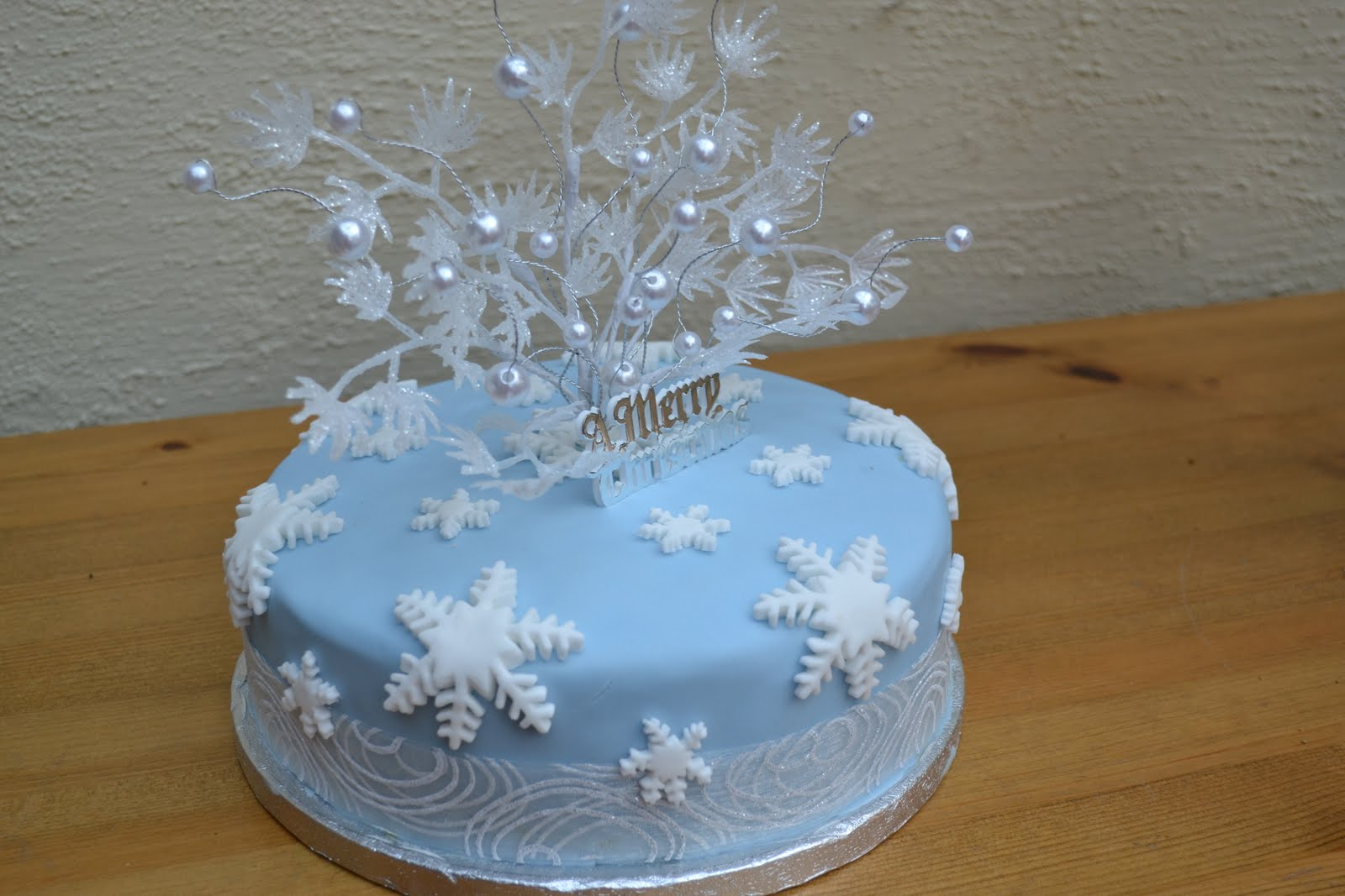 Hannahs creative cakes ice blue christmas cake for Iced christmas cakes