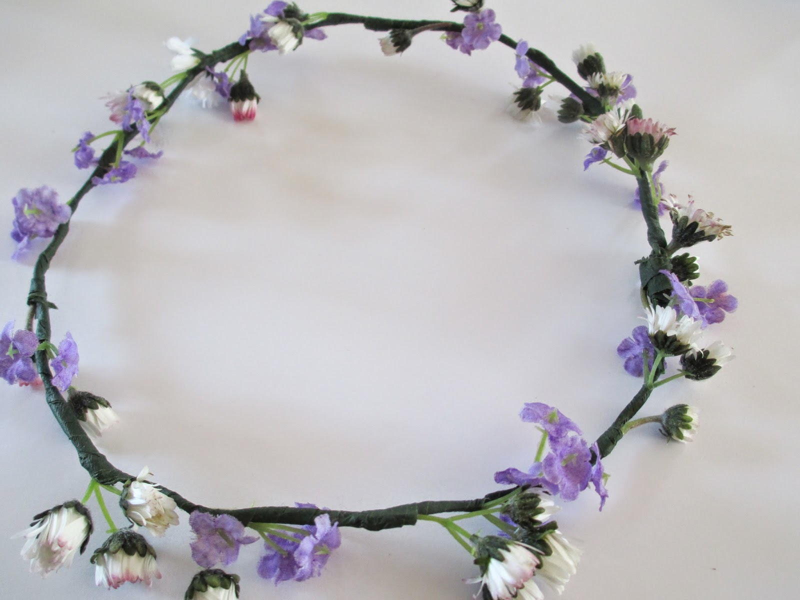 Tins little world diyupcycled flower crown a beautiful flower crown perfect for spring and summer because they are real daisies they look much nicer and daisies are everywhere so very easy to izmirmasajfo