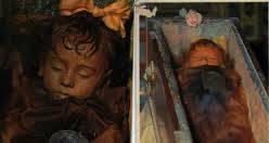 Criança mumificada a 92 anos abre e fecha os olhos