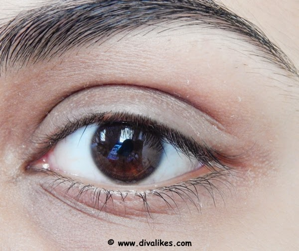 Apply the concealer to hide the dark circles and prepare the base for the eyeshadow.