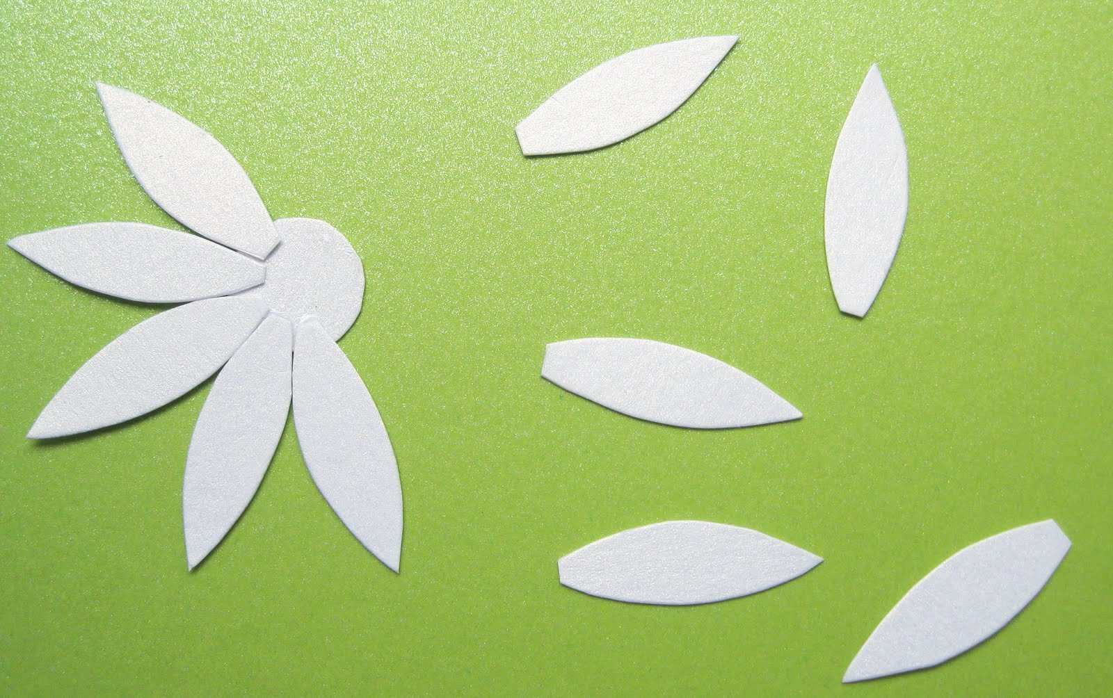 Как сделать листья из атласной ленты своими руками