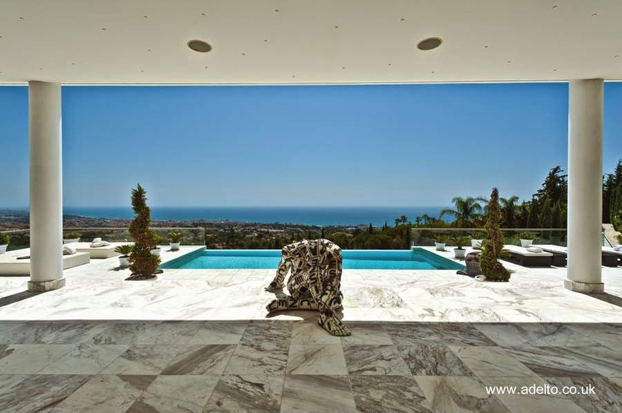 Sector de la piscina de una villa lujosa en Marbella