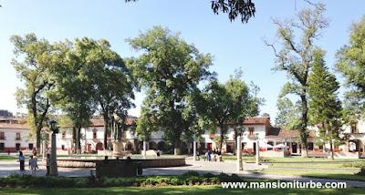 La Plaza Vasco de Quiroga en Pátzcuaro de la más grandes de México