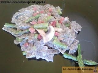 Pizzoccheri con asparagi, funghi e speck