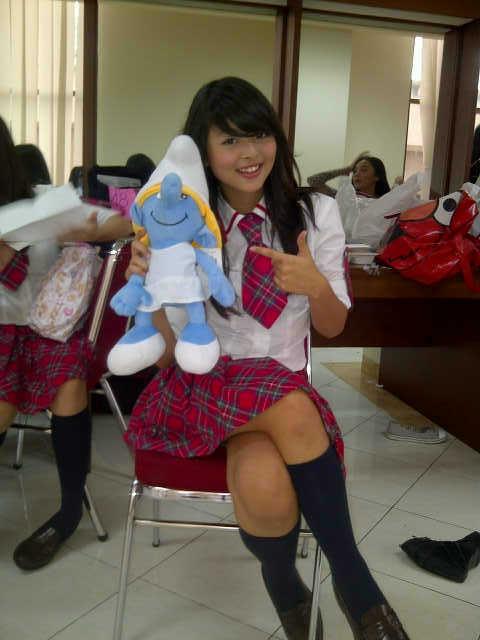 Jeje JKT48 sedang memegang boneka