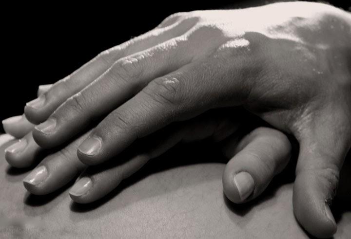 Le mani che accarezzano