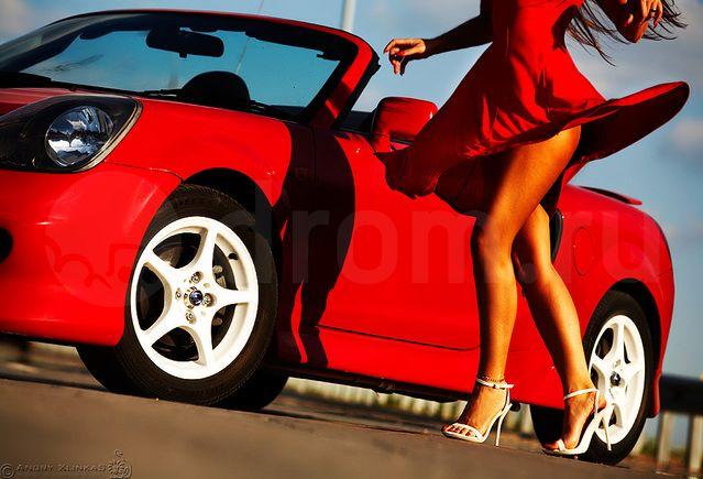 Toyota MR2 ZZW30, czerwony lakier, białe felgi, długie nogi, kobieta i samochód, zdjęcia