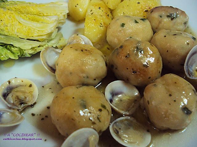 Albóndigas de pescado merluza y gambas en salsa verde con almejas