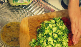 Das Gemüse in möglichst kleine Würfel schneiden und unter das Ei rühren.