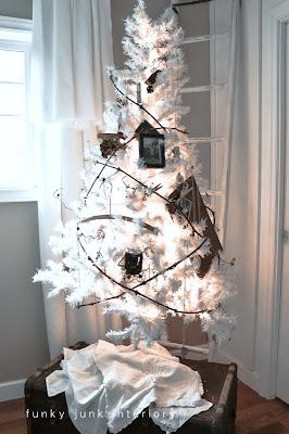 Un piccolo albero di Natale bianco di gratitudine ...  con una ghirlanda di vite.  Storia su Funky Junk Interiors